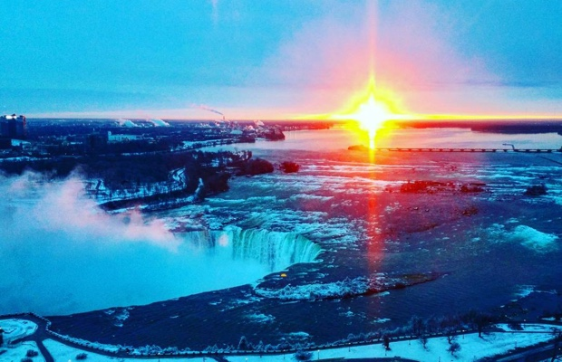 """Sun come up it was blue and gold."" #cuvee2016 #pictureinaframe #niagarafalls"