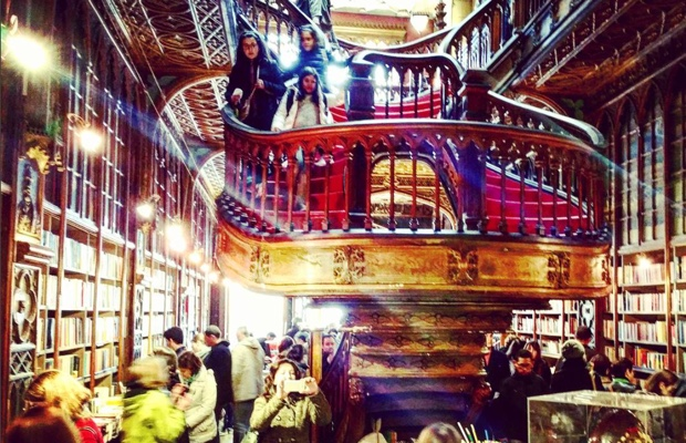 hen-in-oporto-and-in-need-of-a-good-book-of-spells-livrarialello